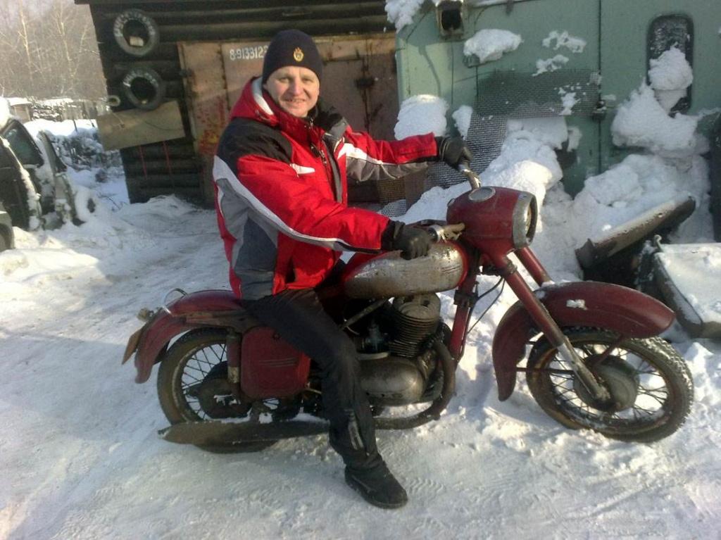 """Музей ретро техники. Евгений Федосов на мотоцикле """"Ява-250""""."""