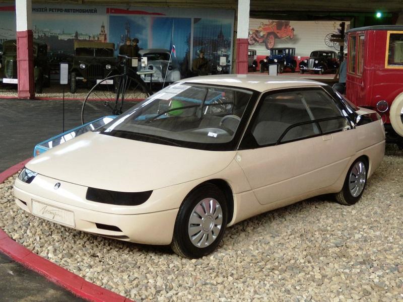 Автомобиль Истра АЗЛК-2144 в музее ретро-автомобилей.